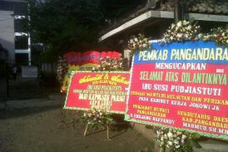 Rangkaian bunga ucapan selamat sebagai Menteri Kelautan dan Perikanan RI terlihat di rumah Susi Pudjiastuti di Jalan Merdeka, Kabupaten Pangandaran, Selasa (28/10/2014).