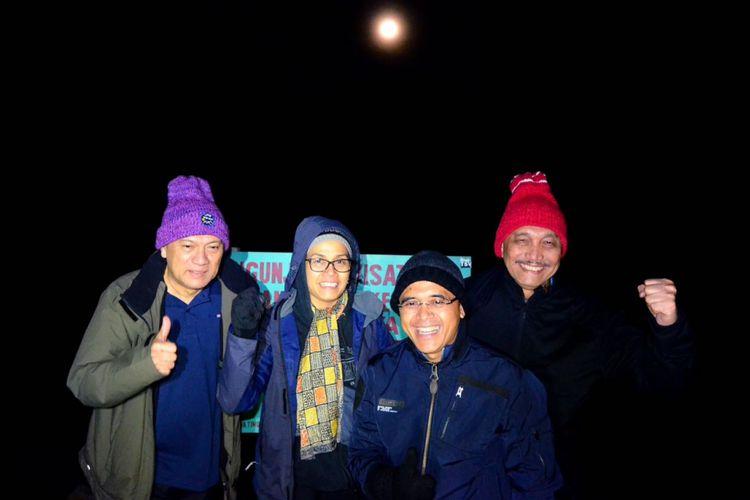 Menteri Keuangan Sri Mulyani, Menteri Koordinator Bidang Kemaritiman Luhut Binsar Pandjaitan, dan Gubernur Bank Indonesia Agus Martowardjojo, serta Bupati Banyuwangi Abdullah Azwar Anas mendaki Gunung Ijen Jumat (2/3/2018).