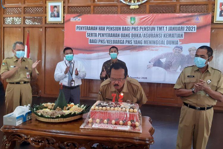 Wakil Wali Kota Solo, Achmad Purnomo didampingi Wali Kota Solo, FX Hadi Rudyatmo dan Sekda Solo, Ahyani saat meniup lilin dalam perayaan ulang tahun dirinya di Pendapi Gede Kompleks Balai Kota Solo, Jawa Tengah, Senin (28/12/2020).