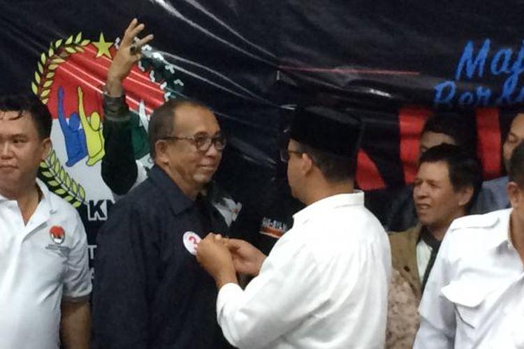 Alex Asmasoebrata saat dipasangkan pin angka 3 oleh cagub DKI Jakarta nomor 3, Anies Baswedan di Jalan Cikajang, Jakarta Selatan, Kamis (16/2/2017).