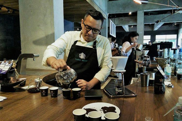 Mirza Luqman saat menyajikan kopi di Starbucks Reserve Pakubuwono, Jakarta, Senin (29/1/2018)