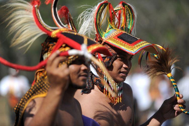 Pria asal Manggarai menampilkan atraksi caci di kawasan resor Nusa Dua, Bali, Minggu (20/8/2017). Caci adalah tari perang sekaligus permainan rakyat asal Manggarai, Nusa Tenggara Timur, yang melambangkan keperkasaan dan kepahlawanan.
