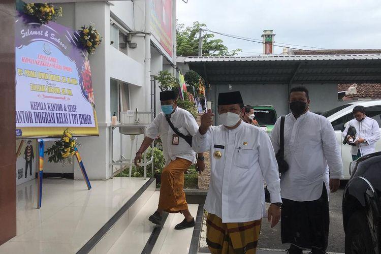 Bupati Jember Hendy Siswanto memakai sarung saat berkunjung ke kantor kejaksaan negeri Jember Jumat (5/3/2021)