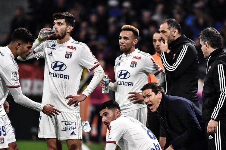 Pelatih Prancis Lyon Rudi Garcia (tengah) berbicara dengan para pemain Lyon selama pertandingan sepak bola L1 Prancis antara Olympique Lyonnais (OL) dan AS Saint-Etienne (ASSE) pada 1 Maret 2020 di stadion Groupama di Decines-Charpieu, Prancis tengah-timur