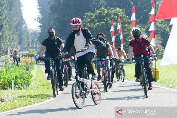 Presiden Joko Widodo bersepeda bersama Kaesang Pangarep di area Istana Kepresidenan Bogor dan Kebun Raya Bogor di Jawa Barat.