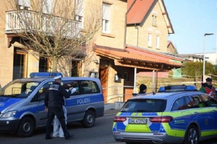 Polisi berada di depan restoran di Rot Am See, Jerman, tempat kejadian di mana seorang pria menembak mati enam keluarganya pada Jumat (24/1/2020).
