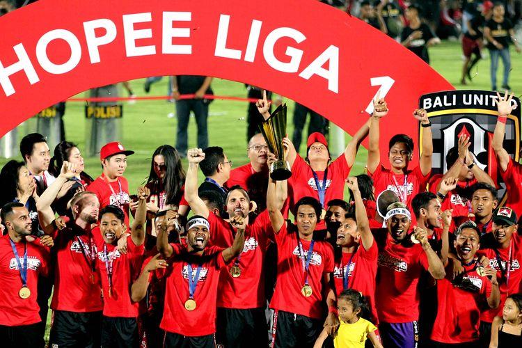 Kapten Bali United, Fadil Sausu mengangkat piala juara Liga 1 2019.