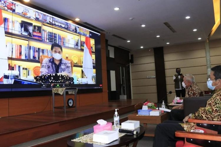 Gubernur Kaltim, Isran Noor didampingi jajarannya saat mengikuti rapat evaluasi penerapan PPKM mikro bersama Menteri Koordinator Perekonomian Airlangga Hartanto secara virtual dari kantor Gubernur Kaltim, Samarinda, Jumat (9/7/2021).