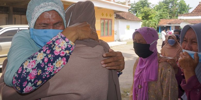 Farida Rochmawati ( kiri) pasien positif COVID-19 Tulungagung memeluk kerabat yang menyambutnya sepulang dari rumah karantina di Rusunawa IAIN Tulungagung, Tulungagung, Jawa Timur, Kamis (7/5/2020). Farida merupakan pasien kelima dari total sembilan terkonfirmasi positif Corona di Desa Jabalsari, Kecamatan Sumbergempol yang dinyatakan sembuh setelah menjalani 18 hari masa isolasi dan tiga kali swab sampel lendir di tenggorokan, dengan hasil dua kali negatif COVID-19. ANTARA FOTO/Destyan Sujarwoko/nz
