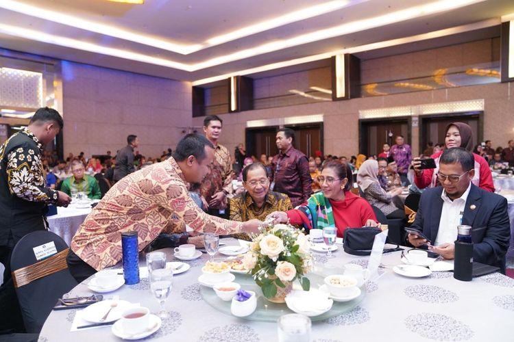 Wakil Gubernur Sulsel, Andi Sudirman Sulaiman menyalami mantan Menteri Kelautan dan Perikanan, Susi Pudjiastuti saat menjadi narasumber di Hotel Claro, Kamis (5/12/2019) malam.