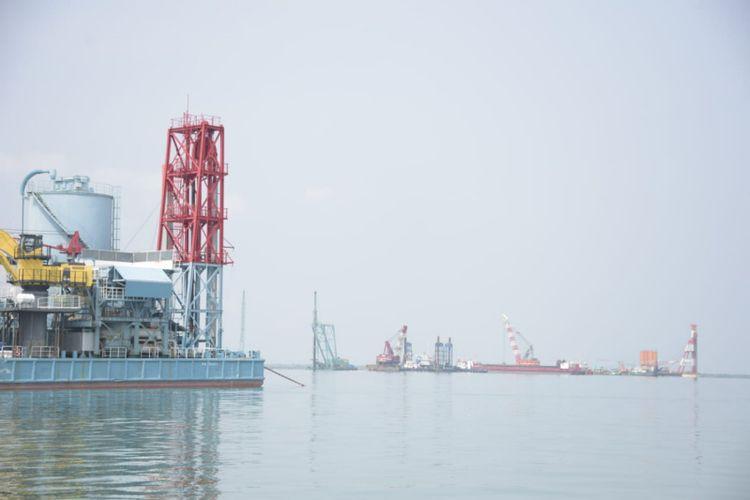 Aktivitas pengerjaan proyek Pelabuhan Patimban di Cirebon. Pemprov Jabar tengah menggodok skempa pembiayaan proyek pemerintah melalui pembiayaan Kerjasama Pemerintah Badan Usaha (KPBU).
