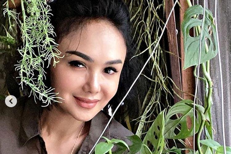 Penyanyi Yuni Shara begitu mencintai tanaman, rumahnya pun penuh dengan tumbuhan hijau hingga ke dalam ruangan.