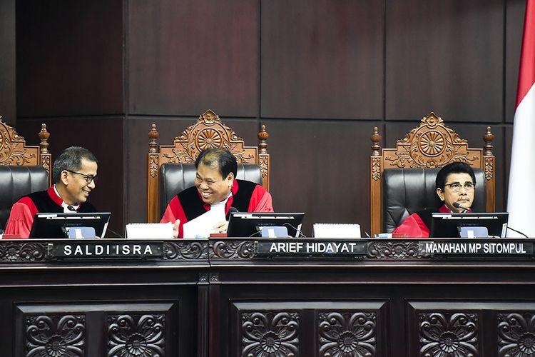 Hakim Konstitusi Saldi Isra (kiri), Arief Hidayat (tengah) dan Manahan MP Sitompul (kanan) berbincang saat memimpin sidang lanjutan Perselisihan Hasil Pemilihan Umum (PHPU) presiden dan wakil presiden di gedung Mahkamah Konstitusi, Jakarta, Kamis (20/6/2019). Sidang tersebut beragendakan mendengarkan keterangan saksi dan ahli dari termohon atau dari pihak KPU.