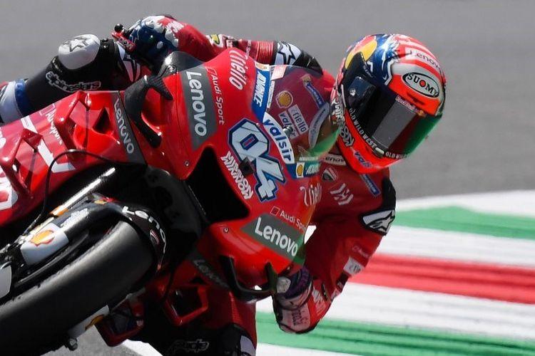 Andrea Dovizioso tengah mengendalikan motornya pada sesi latihan bebas MotoGP Italia di Sirkuit Mugello, 31 Mei 2019.