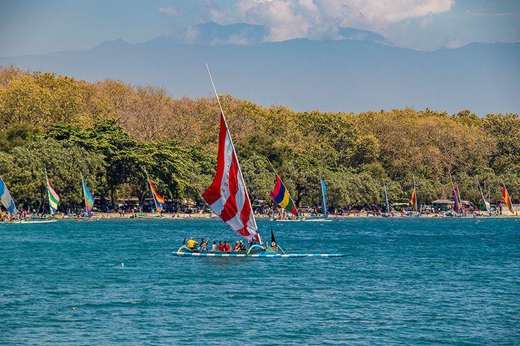 Perahu layar wisata yang menjadi keunikan di Pantai Pasir Putih Situbondo.