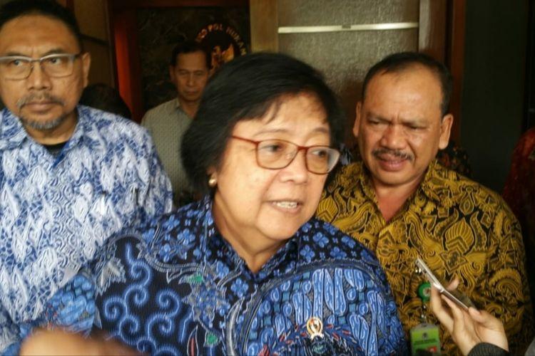 Menteri LHK Siti Nurbaya Bakar di Kantor Kemenko-Polhukam, Jl Medan Merdeka Barat, Jakarta Pusat, Jumat (29/11/2019).