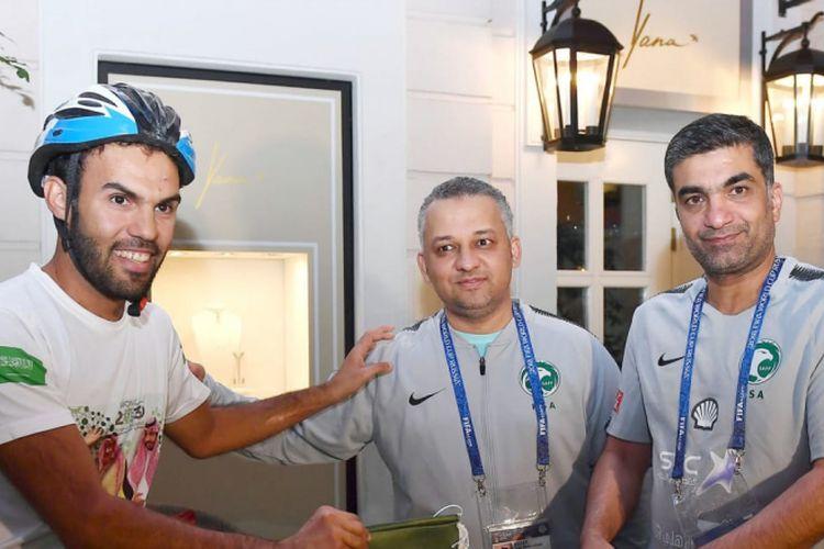 Fahd Al-Yahya (kiri) mengunjungi markas latihan timnas Arab Saudi di Saint-Petersburg, Rusia, dalam perjalanannya ke Moskwa.