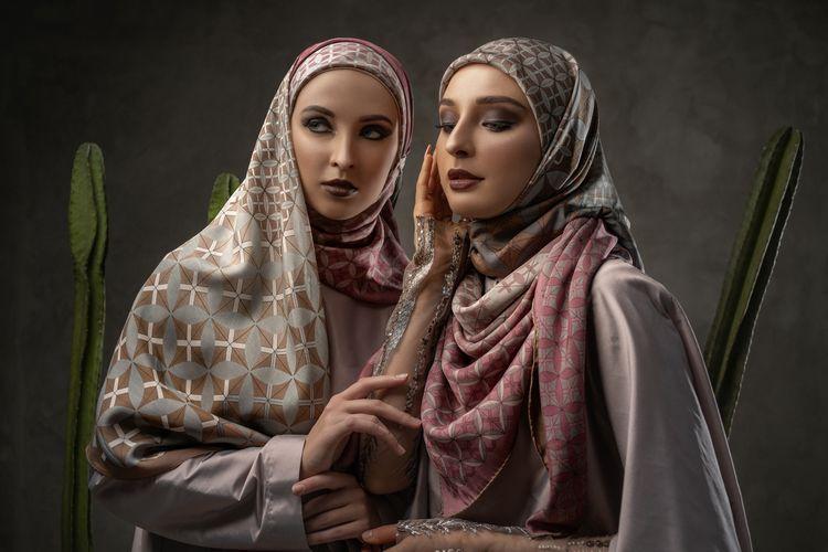 Katonvie, merek scarf hijab, memperkenalkan koleksi hijab dengan teknologi cetak saring yang menghasilkan motif berbeda di kedua sisi.