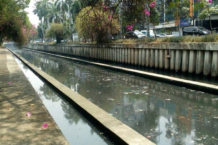 Sampah-sampah plastik memenuhi permukaan Kali Cideng yang terletak di Kecamatan Gambir, Jakarta Pusat, Rabu (13/9/2017).