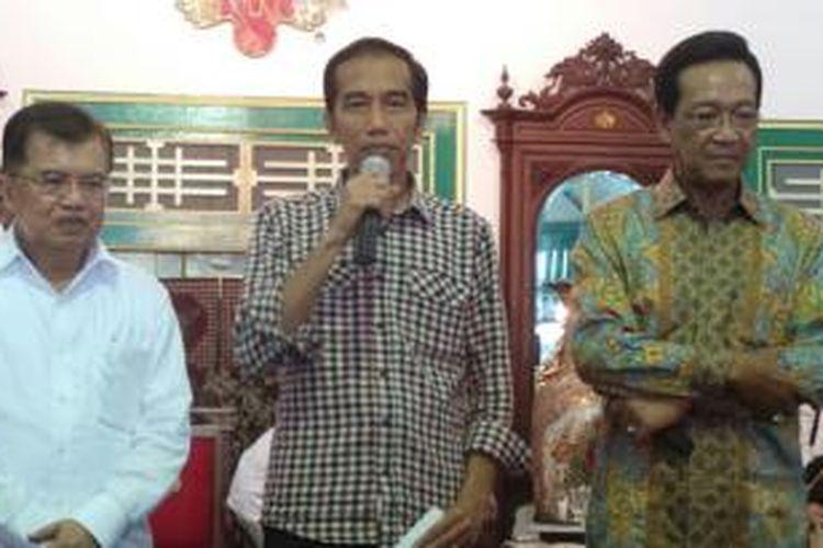 Calon wakil presiden Jusuf Kalla, calon presiden Joko Widodo, dan Gubernur DI Yogyakarta Sultan Hamengku Buwono X (kiri-kanan) melakukan pertemuan di Keraton Ngayogyakarta Hadiningrat, Senin (2/6/2014).