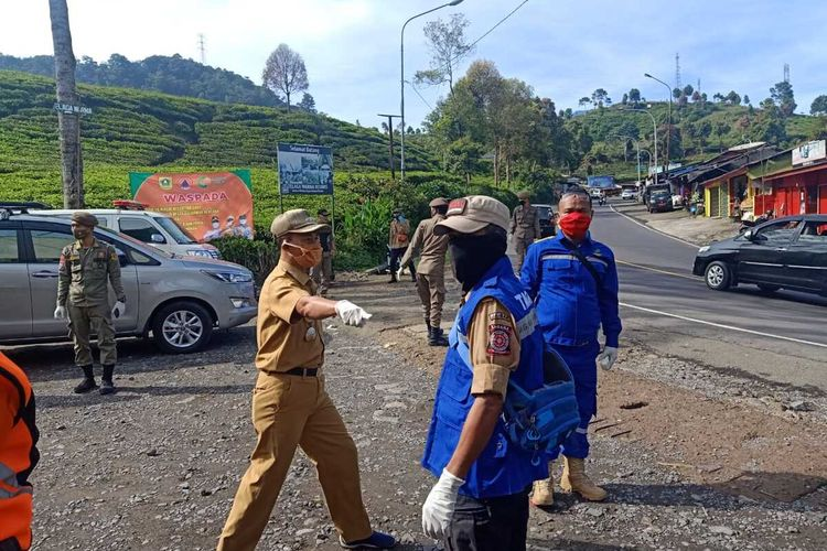 Sejumlah petugas kesehatan menggelar kegiatan rapid test terhadap wisawatan yang mengarah ke Puncak Bogor, Jawa Barat, Kamis (29/10/2020).