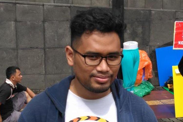 anggota koalisi masyarakat sipil Selamatkan Mahkamah Konstitusi Aradila Caesar di kawasan bundaran Hotel Indonesia, Jakarta, Minggu (12/2/2017)