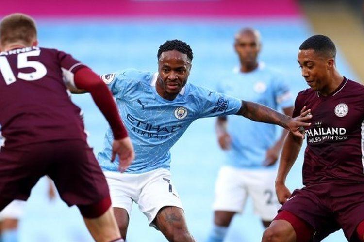 Raheem Sterling berebut bola dengan Harvey Barnes dan Youri Tielemans dalam laga Manchester City vs Leicester City pada lanjutan pekan ketiga Liga Inggris 2020-2021 yang digelar di Stadion Etihad, Minggu (27/9/2020).