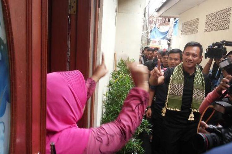 Calon gubernur DKI Jakarta nomor pemilihan satu Agus Harimurti Yudhoyono saat mendatangi permukinan warga di Kelurahan Kenari, Senen, Jakarta Pusat, Kamis (2/2/2017).