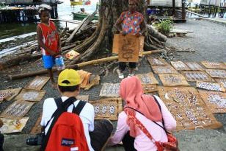Lukisan kayu kulit di Pulau Asei, Danau Sentani, Jayapura.