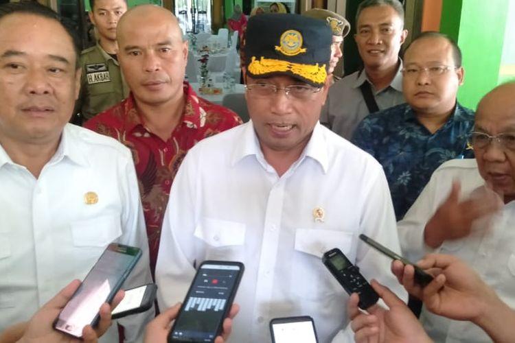 Menteri Perhubungan Budi Karya Sumadi ketika melakukan kunjungan kerja di Kabupaten Lahat, Sumatera Selatan. Budi menjelaskan, pada bulan depan pengerjaan tol Sumsel-Bengkulu akan dimulai.