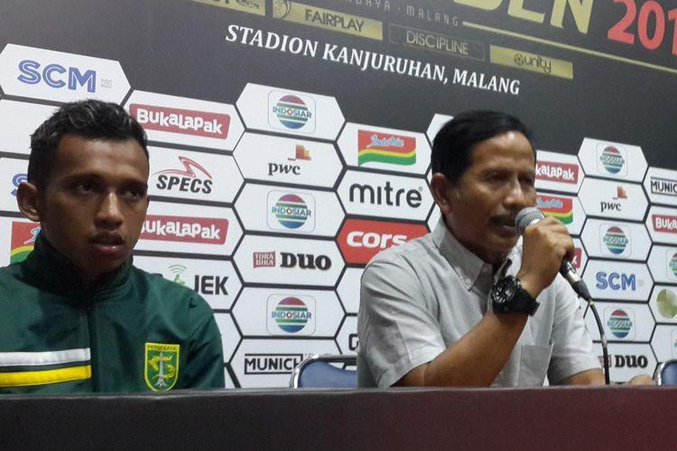 Pelatih Persebaya Surabaya Djajang Nurdjaman (tengah) saat konferensi pers usai dilalahkan Arema FC di leg kedua final Piala Presiden 2019 di Stadion Kanjuruhan, Kabupaten Malang, Jumat (12/4/2019)