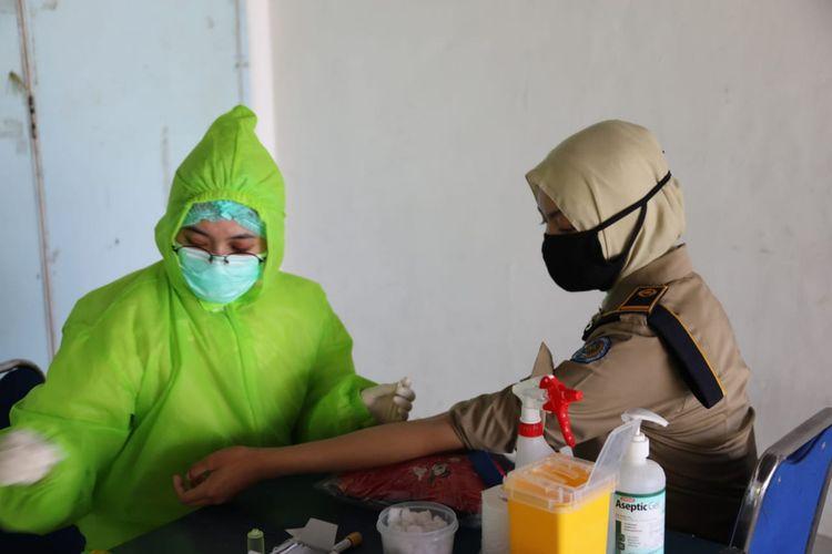 Praja putri IPDN Kampus Jatinangor, Sumedang, Jawa Barat saat mengikuti rapid test, beberapa waktu lalu. Dok. Humas IPDN Jatinangor/KOMPAS.com