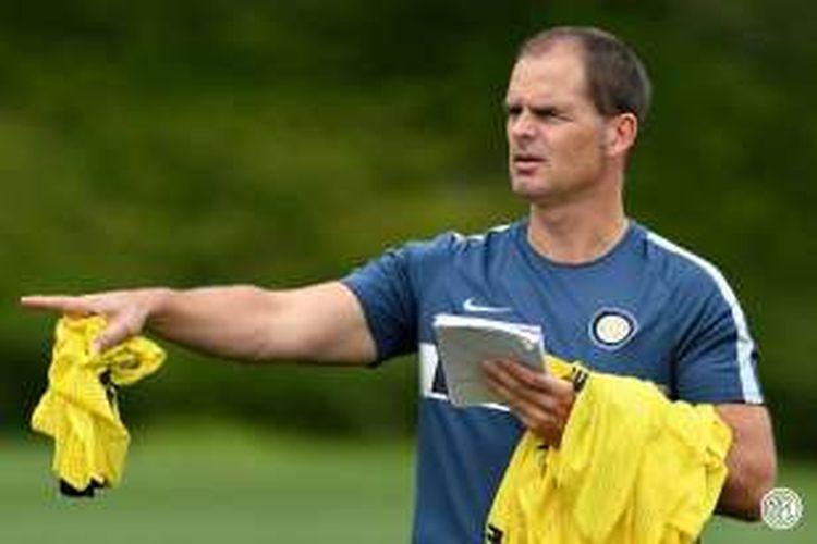 Frank de Boer memimpin sesi latihan Inter Milan di Appiano Gentile, Senin (9/8/2016).