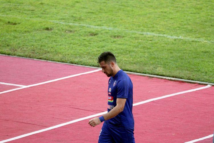 Ekspresi penyerang Arema FC, Jonatan Bauman, usai mendapat kartu merah pada laga semifinal Piala Gubernur Jatim 2020 antara Persebaya vs Arema FC, Selasa (18/2/2020).