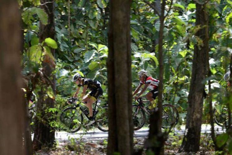 Pebalap melaju saat menempuh etape pertama Tour de Flores 2016 dengan jarak 138,8 kilometer dari Larantuka menuju Maumere, Nusa Tenggara Timur, Kamis (19/5/2016).