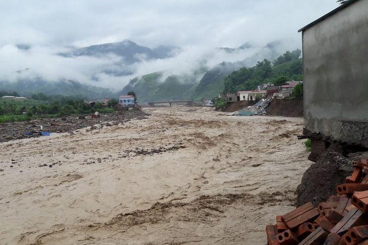 Banjir bandang yang menghantam Kota Ong, di Distrik La Muong, Vietnam.