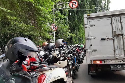Parkir Motor di Mal Mahal, Parkir Liar Jadi Jalan Keluar