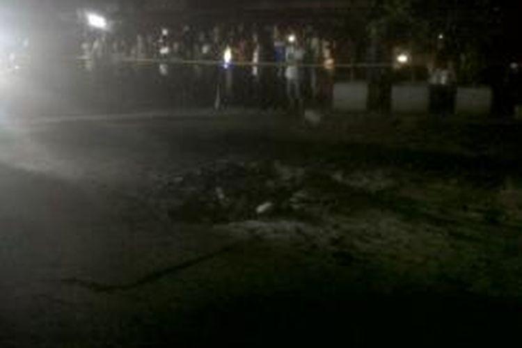 Lokasi ledakan akibat korlseting kabel listrik bawah tanah, di depan Hotel Astika, Mangga Besar, Jakarta Pusat, Rabu (21/8/2013) malam.