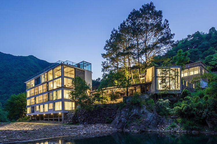 Di tengah-tengah hutan bambu terpencil di kawasan Anhui, China, perusahaan berbasis di Shanghai, JAXDA merancang Miyuan Hotel.