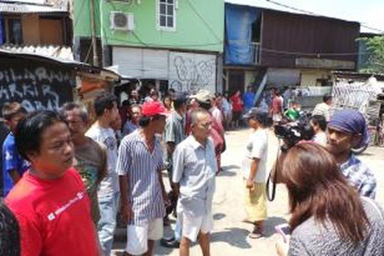 Warga Waduk Ria Rio menolak kedatangan tim yang hendak melakukan pengukuran tanah di permukiman mereka, Selasa (27/8/2013).