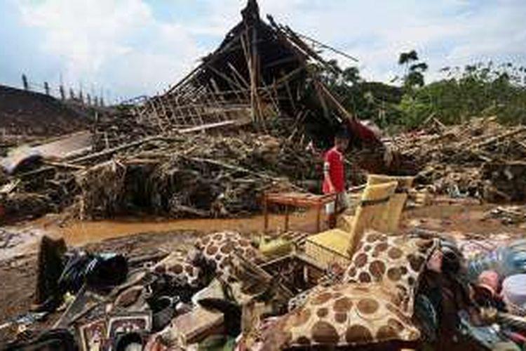 Banjir Bandang Garut - Sejumlah pemukiman dan benda milik warga Tarogong Kidul, Kabupaten Garut, Jawa Barat, masih porak poranda pasca diterjang banjir bandang, Rabu (21/9/2016). Banjir bandang luapan SUngai Cimanuk yang terjadi pada Selasa (20/9/2016) sekitar pukul 23.00 ini menewaskan sekitar 30 warga dan hingga kini beberapa korban lain dinyatakan hilang.