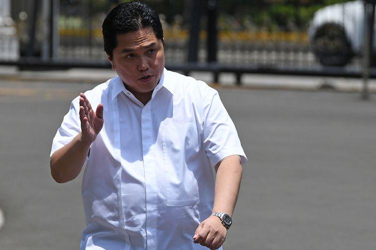 Erick Thohir melambaikan tangannya saat berjalan memasuki Kompleks Istana Kepresidenan, Jakarta, Senin (21/10/2019).