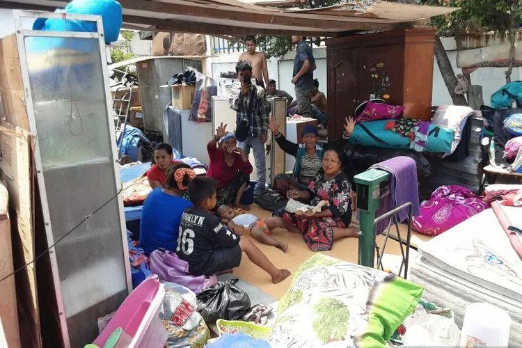 Warga korban penggusuran di Jalan Sunter Agung Perkasa VIII, Kecamatan Tanjung Priok, Jakarta Utara masih bertahan di puing-puing bangunan bekas rumah mereka, Sabtu (16/11/2019)
