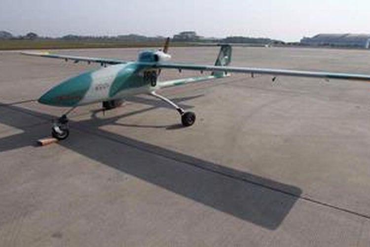 Ilustrasi: Pesawat Terbang Tanpa Awak (PTTA) Wulung dipamerkan pada acara unjuk terbang di Pangkalan Udara Halim Perdanakusumah, Jakarta Timur, Kamis (11/10/2012). PTTA hasil pengembangan Balitbang Kemhan dan BPPT tersebut dapat dipergunakan untuk kepentingan militer dalam hal pengamatan wilayah (survailence), penanganan kebakaran hutan, pembuatan hujan buatan, dan mampu menggantikan pesawat tempur yang disebut dengan Unnamed Combat Aerial Vehicle (UCAV).