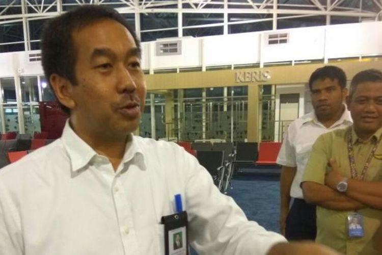 Direktur Utama PT Angkasa Pura II (Persero) Muhammad Awaluddin saat meninjau kesiapan soft launching bandara baru Depati Amir, Bangka Belitung, Rabu (10/1/2017).