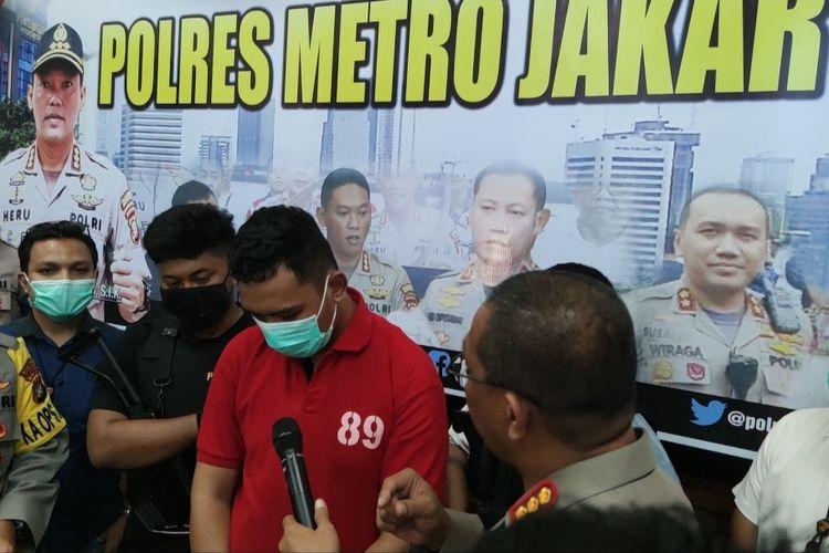 Salah satu pelaku begal terhadap perwira marinir Kolonel Pangestu Widiatmoko menyerahkan diri. Pelaku berinisial RA (27) tersebut datang ke Polres Metro Jakarta Pusat dan mengakui perbuatannya.