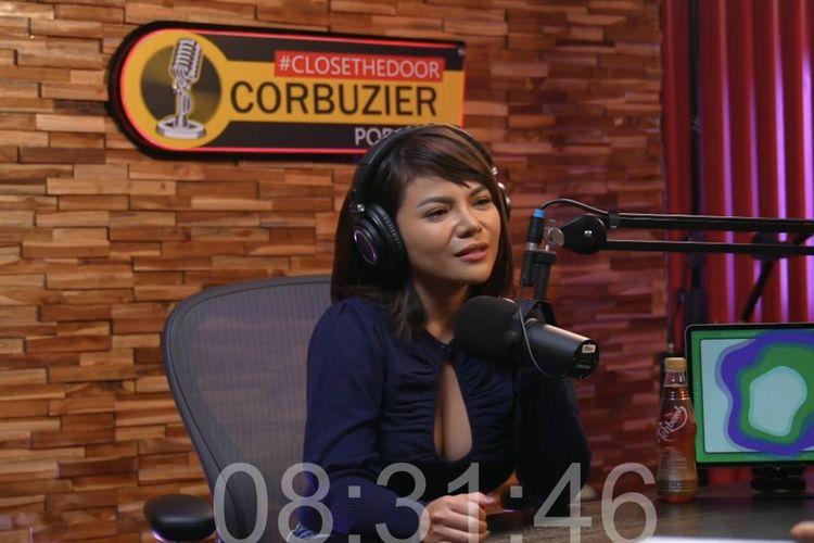 Dinar Candy berbincang dengan Desdy Corbuzier. (Bidikan layar YouTube Desdy Corbuzier).