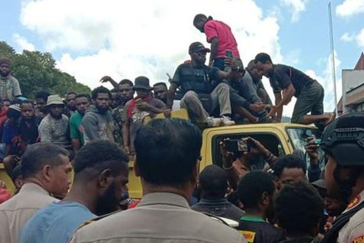 Sejumlah mahasiswa diangkut menggunakan truk dan bus dari kampus Universitas Cenderawasih, pada Senin (23/09).