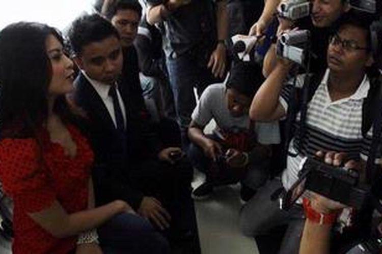 Novi Amelia diwawancara wartawan menjelang sidang di Pengadilan Negeri Jakarta Barat, Selasa (28/5/2013). Novi akan menjalani sidang perdanan terkait kasus laka lantas yang dialaminya.