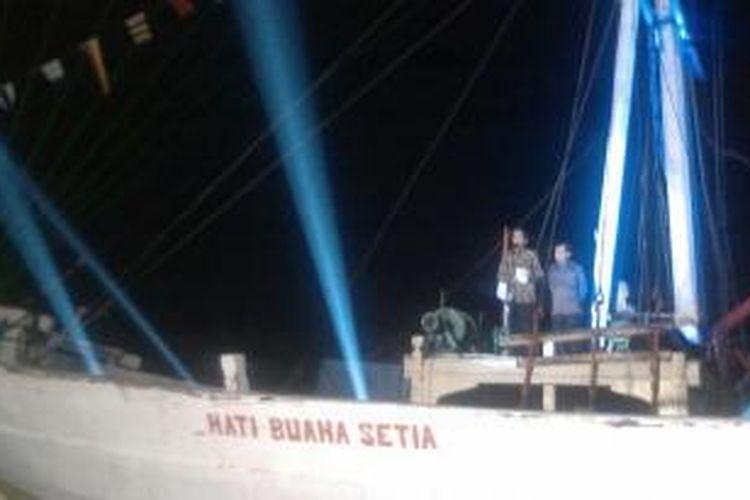 Joko Widodo dan Jusuf Kalla sampaikan pidato politik di atas kapal pinisi di Pelabuhan Sunda Kelapa, Jakarta Utara, Selasa (22/7/2014) malam.